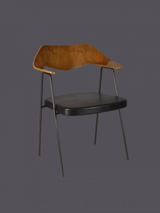 675 Robin Day Hille 100 chairs