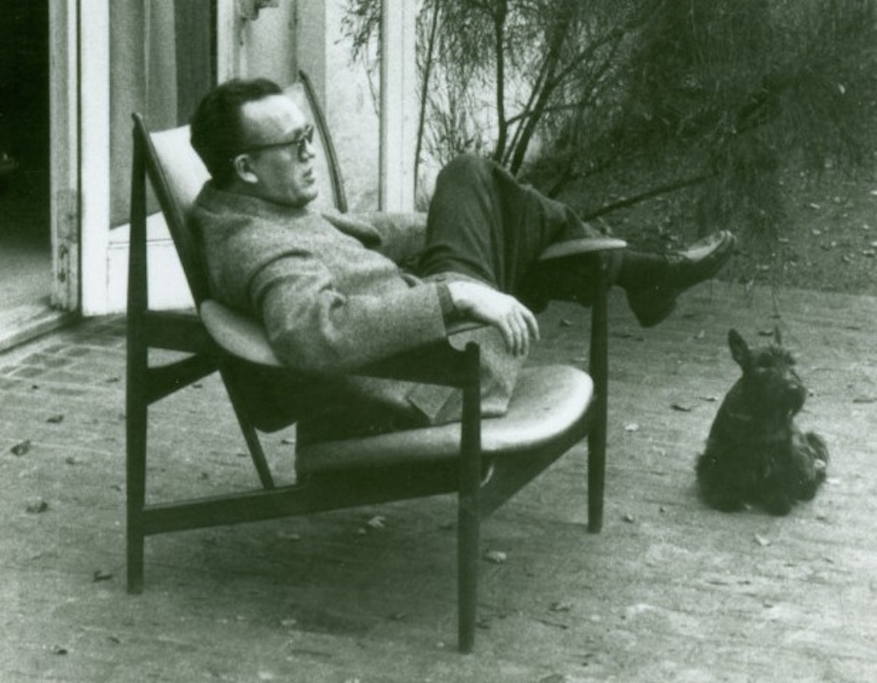 Finn-Juhl-in-Chieftain-Chair-620x775-e1428914393510